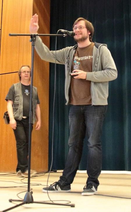 Uli Lindner vom Splittermond-Team nimmt sich freuend den Preis entgegen