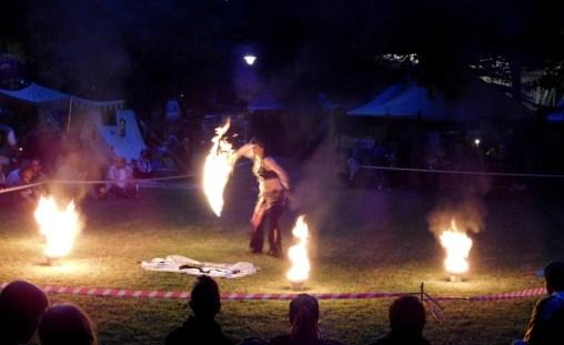 Eine Feuershow verzaubert die Besucher.