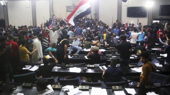 """Iraq nel caos, gli sciiti seguaci di al Sadr """"occupano"""" il parlamento"""