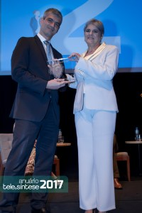 Lia Ribeiro entrega troféu para o Mário Rachid - Diretor Executivo de Soluções Digitais da Embratel