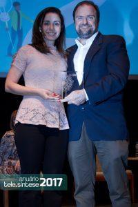 A gerente de marketing da Mob Telecom, Daniele Bayde,  recebe o troféu de Daniel Annenberg.