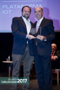 Sebastião Sahão Junior recebe o prêmio de 2º colocado do secretário Daniel Annenberg.
