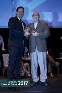 Gabriel Marão, presidente do IoT Brasil e integrante do júri, entrega o prêmio de 2º lugar para Nilceu Romero Silva , superintendente de TI da Copel Telecom.