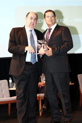 Ricardo Nascimento daVisent recebe o prêmio Tecnologia Nacional de João Rezende,presidente da Anatel