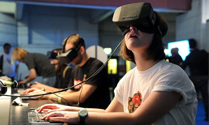 Usuário com óculos de realidade virtual. (Foto: flickr.com/photos/bagogames/)