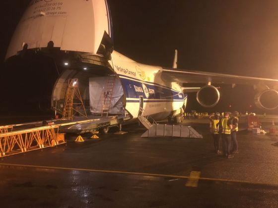 Imagem do satélite sendo retirado do avião Antonov, em que foi transportado da Alemanha à Guiana Francesa.
