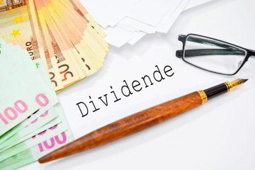 TeleSintese-Dinheiro-dividendo-Caneta-oculos-papeis-Fotolia_77379974