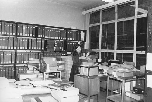 Angela Raspin (1938 – 2013) durante una ricerca in archivio