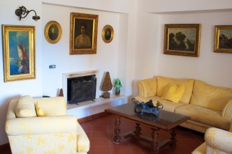 Indoor - Tenuta la Santissima, yellow living area