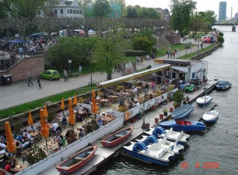 Alfresco-Dining-on-the-river Main, Frankfurt Germany