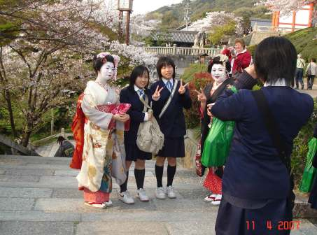Kiyhomizu-Maiko women and young students - Kiyhomizu -Temple of Buddhism