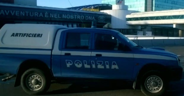 Fiumicino, auto fatta brillare nel parcheggio: