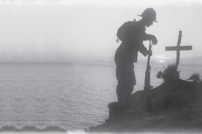 Gallipoli : soldat britannique penché sur une tombe (d'un camarade ?).