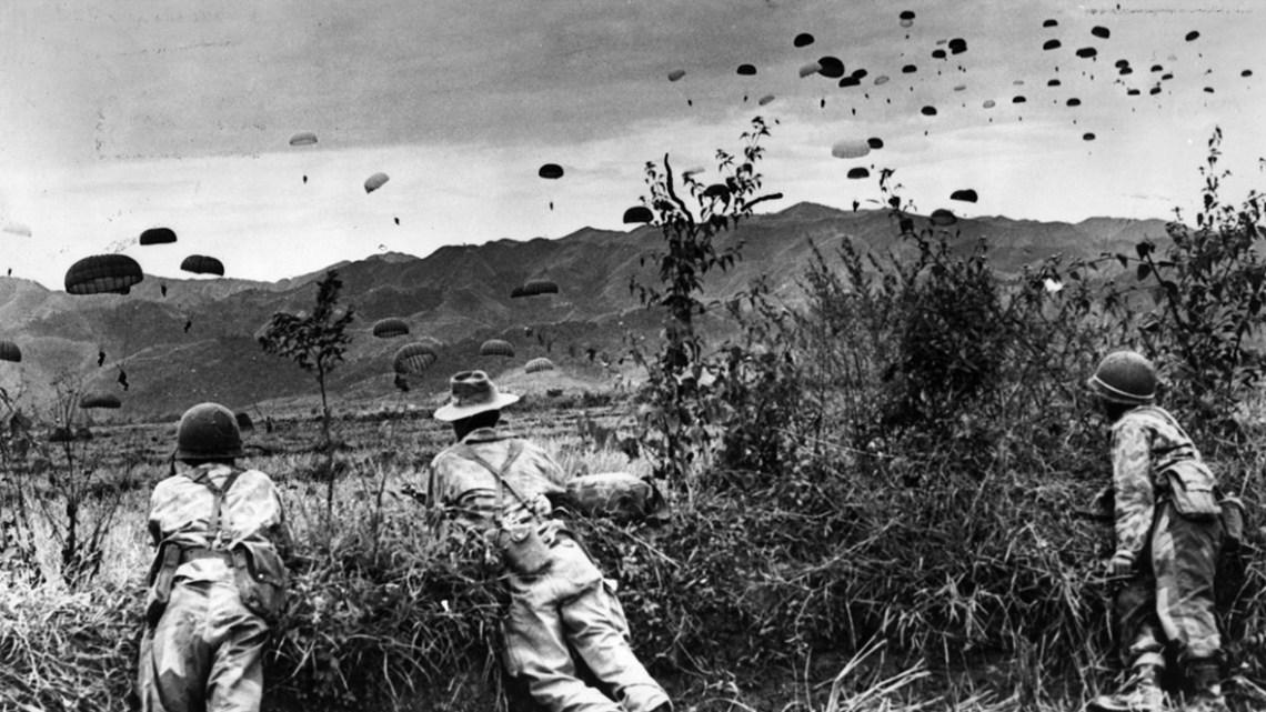 Parachutistes français sautant sur Dien Bien Phu