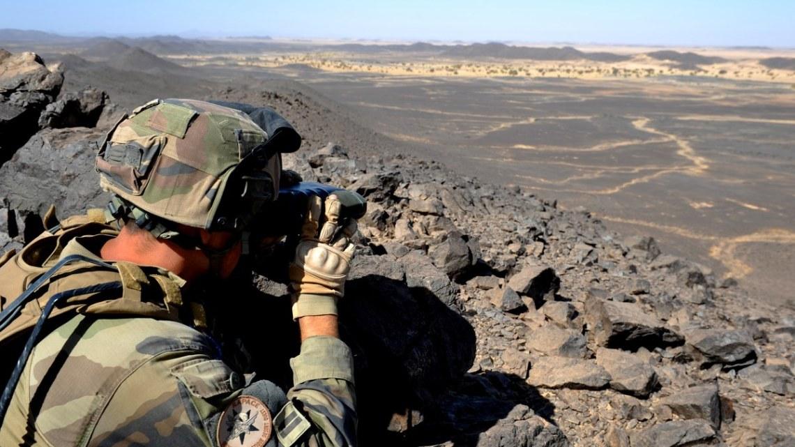 Le lieutenant Eric, du 1er RCP, observe un puits proche d'une piste à moins de deux kilomètres de cette crète.