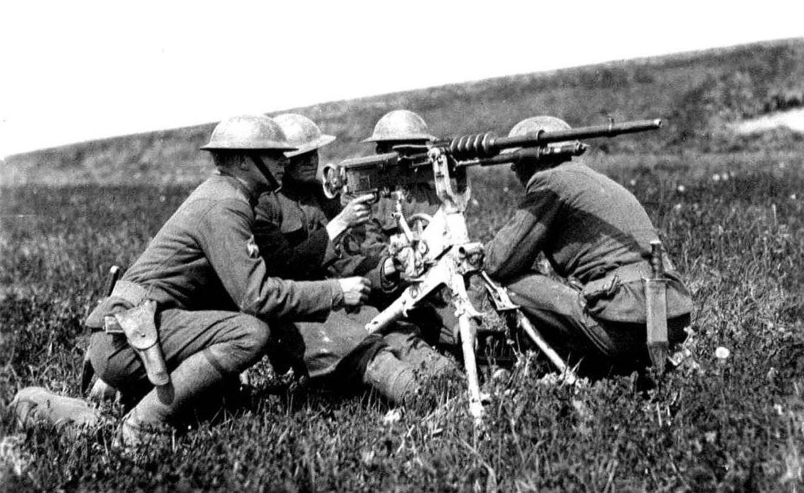 Fantassins américains avec une mitrailleuse Hotchkiss en 1918.