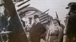 Yves LE PRIEUR à gauche présente les fusées-torpilles au président Poincaré.