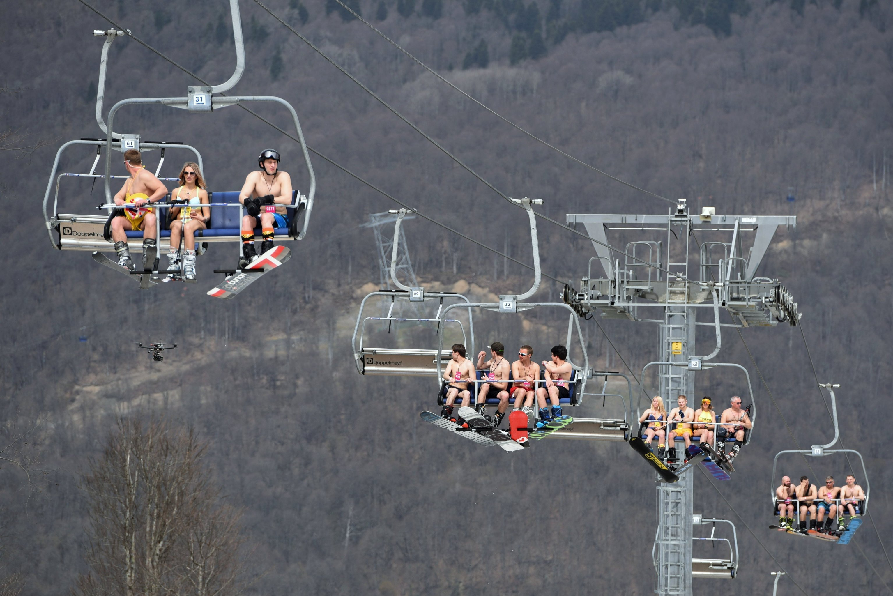 1000 Skiers attempt to set world record in bikinis
