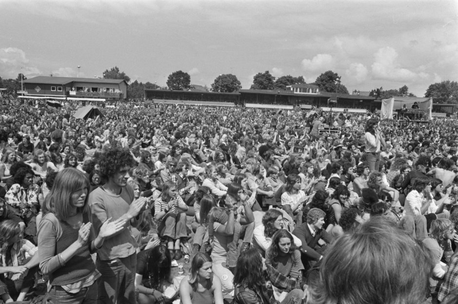 ca.22.000 bezoekers van het Summerconcert '74 op de Hilversumse drafbaan