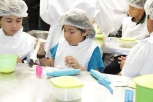 Niños con alimentos