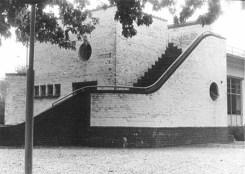 Theehuis de Goffert in verval afbladderende verf