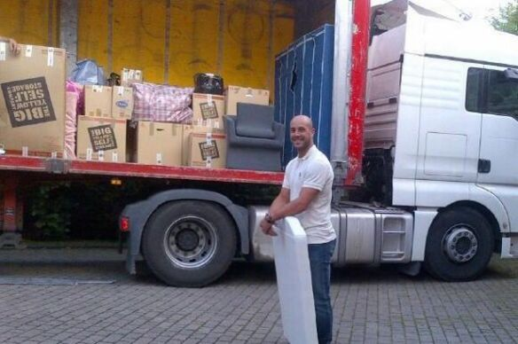 "Liverpool Echo: ""LFC's Pepe Reina tweets removal van picture as he packs up to go to Napoli."""