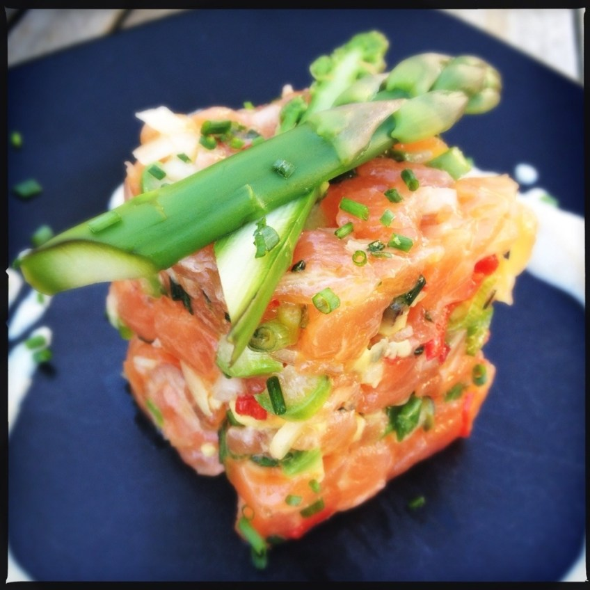 Salmon tartar with asparagus