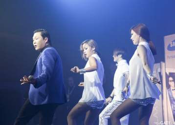 Psy and his dancers #3