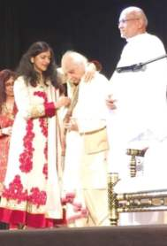 One of the organizers Anu Jain honors Pandit Jasraj Ji