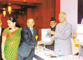 Dr. Chakote receives award from Justice Markanday Katju. See in the picture, from L to R: Eshwarappa Chakote (Brother of Dr. Chakote - Lawyer), Dr. Jyoti Chakote, Dr. V Chakote, Justice Markanday Katju