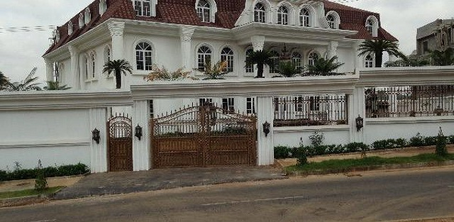 Unbelievable!!! Abuja man puts his house up for sale for N1.6 trillion (photo)