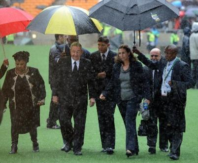 US President Barack Obama shakes hands with Cuba's Raul Castro at Mandela memorial