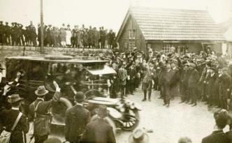 The Volunteers take the newly imported rifles away from Howth pier.