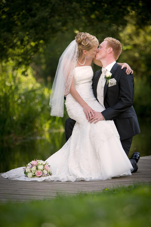 Kærlighed, kys og bryllupsbilleder i skøn natur