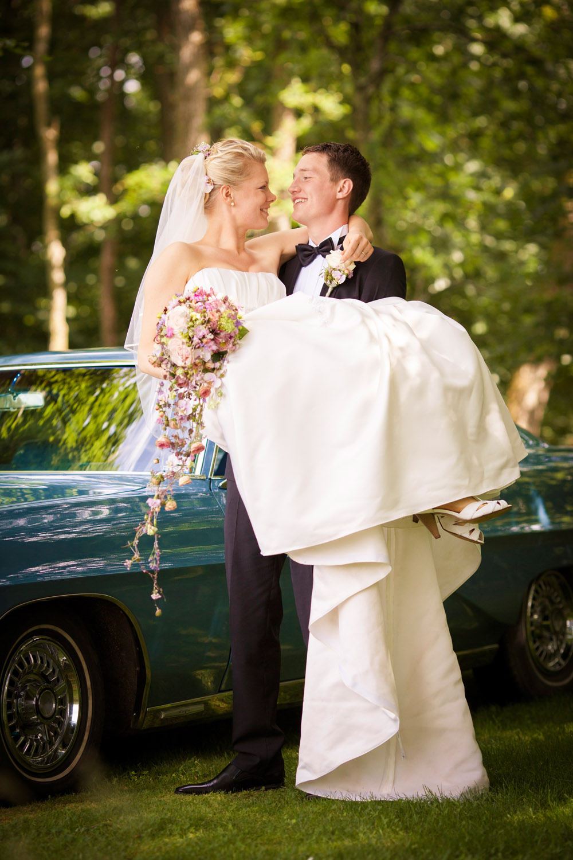 Traditionen siger bruden skal bæres på bryllupsdagen
