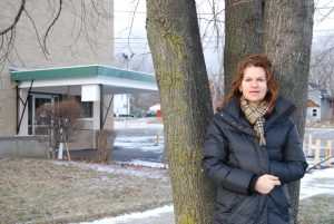 Sandra Bernhard leans against the tree she used to meet her friends at after shul. (Photos by Harry Kirsbaum)