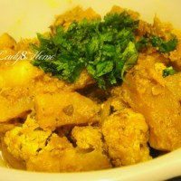 Gobi Aloo Dum Pukht (cauliflower florets and potatoes slow cooked in yogurt sauce)