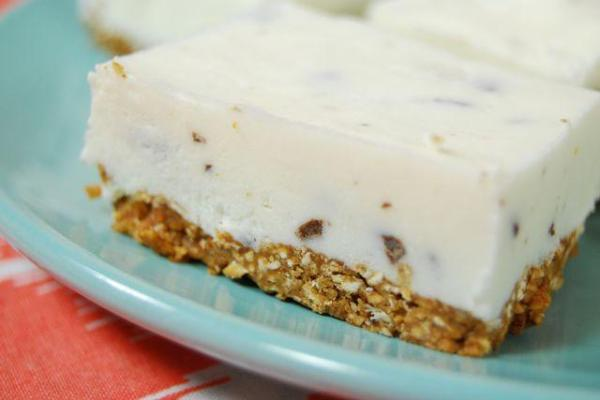 You're just a few ingredients away from these Frozen Greek Yogurt Bars. They're a fun way to turn yogurt and granola into a finger food!
