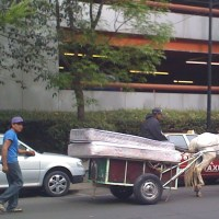An example of the mobile vendors in Mexico City who buy old mattresses
