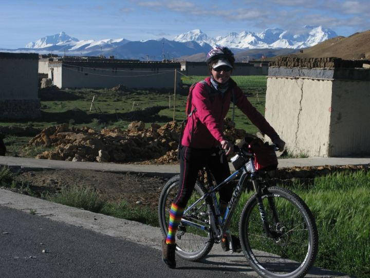 Setting off for the days ride with Mt Everest in the background.
