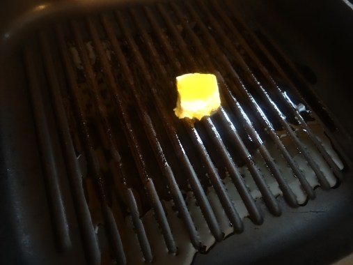 Add some butter and oil onto a grill pan.