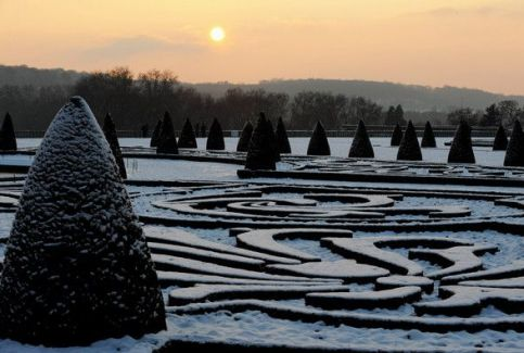 Versailles covered in snow via Zimbio