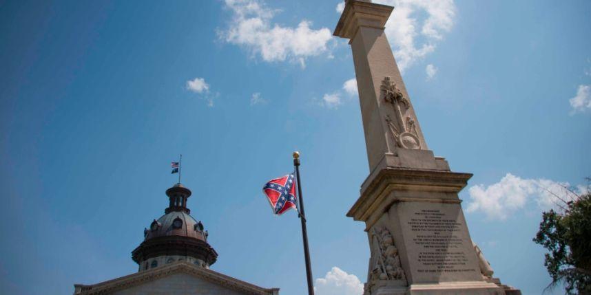 Drapeau confédéré devant le parlement local de Caroline du Sud.