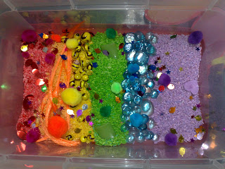 Rainbow Sensory Bin. Click for more colorful #stpatrick sensory bins