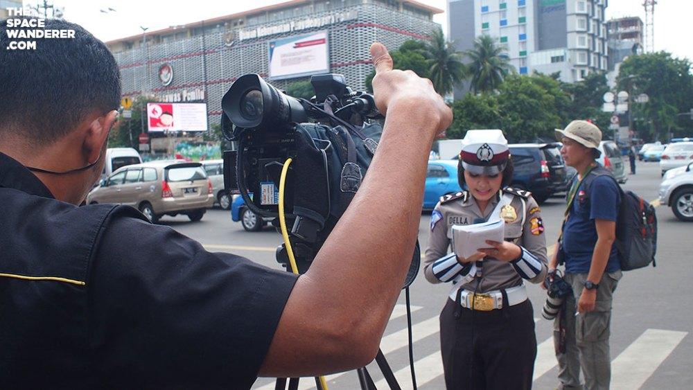 Polwan Della melaporkan situasi sekitaran Thamrin