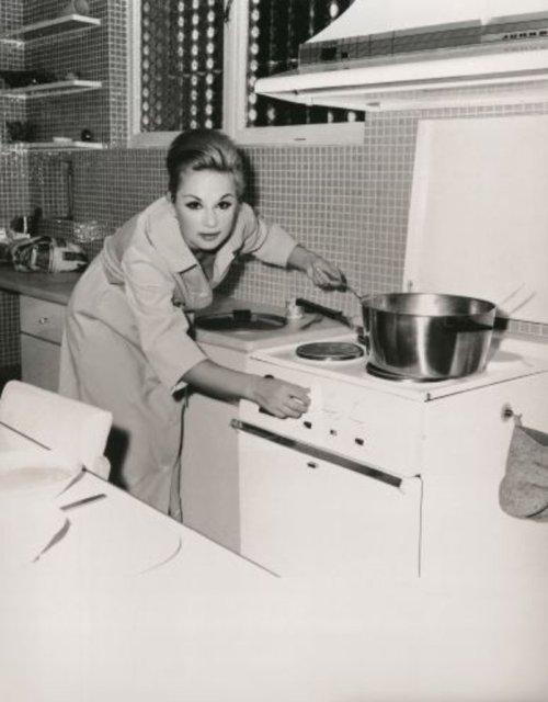 Καλή όρεξη. Στην κουζίνα, την εποχή που ήταν παντρεμένη με τον Παπαμιχαήλ.