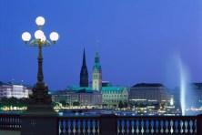 Hamburg/Elbe: Binnenalster, Jungfernstieg, Rathaus abends