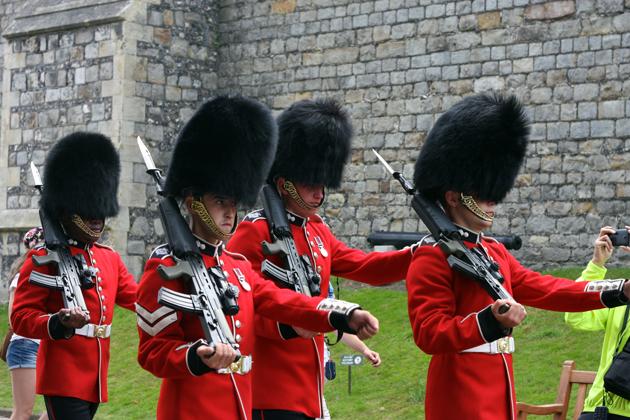 queen-guards-windsor-visiting-05