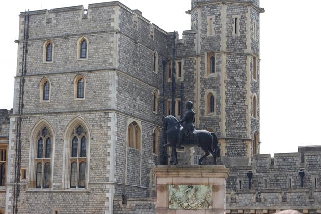 windsor-visiting-statue-06-castle-inside-cannon