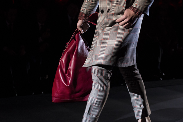 daks-london-autumn-winter-2015-red-oversized-bag-details-08